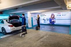 Einfach das Auto im Parkhaus abstellen und weggehen. Das Einparken übernimmt die neue S-Klasse von selbst. Natürlich nur in entsprechend ausgerüsteten Parkhäusern. © Daimler