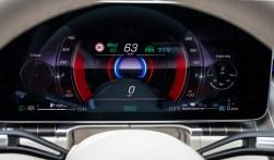 Ein Display wie im Raumschiff. Je nach Geschmack kann sich der Fahrer der S-Klasse den Bildschirm selbst gestalten. Von progressiv bis konservativ. © Daimler