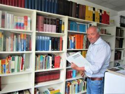 Eine beachtliche Fachbibliothek pflegt Museumsleiter Thomas Grüner.