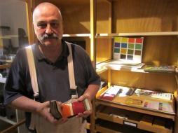 Ehrenamtlicher Kurator Volker Bach zeigt alte Farbkarten.