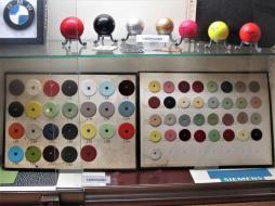 Unterschiedlichste Farbmuster präsentiert das Deutsche Lackmuseum.