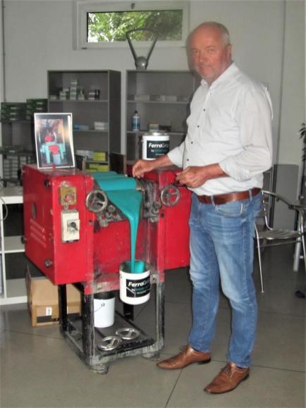 Museumsleiter Thomas Grüner an einer noch aktuellen Lackmaschine.