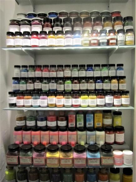 Ein Teil der noch größeren Farbpigmente-Sammlung.