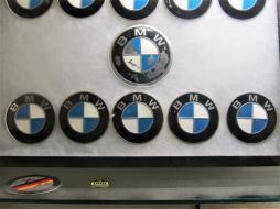 Qualitätsmuster von BMW-Plaketten zeigen unterschiedliche Farbqualitäten.