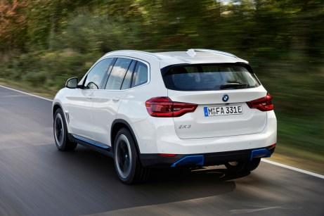 Leerfeld: Wo sonst die Auspuffrohre aus dem Heck ragen, trägt der iX3 blaue Abdeckkappen. © BMW