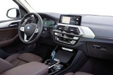 Instrumentierung: Der Arbeitsplatz unterscheidet sich kaum vom BMW X3. © BMW