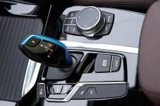 Schalthebel und Dreh-Drück-Steller wirken auf BMW-Fahrer sehr vertraut. © BMW