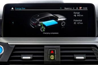 Ladezustand: Das Mitteldisplay gibt darüber Auskunft, wie gut die unter dem Wagenboden eingebaute Batterie gefüllt ist. © BMW