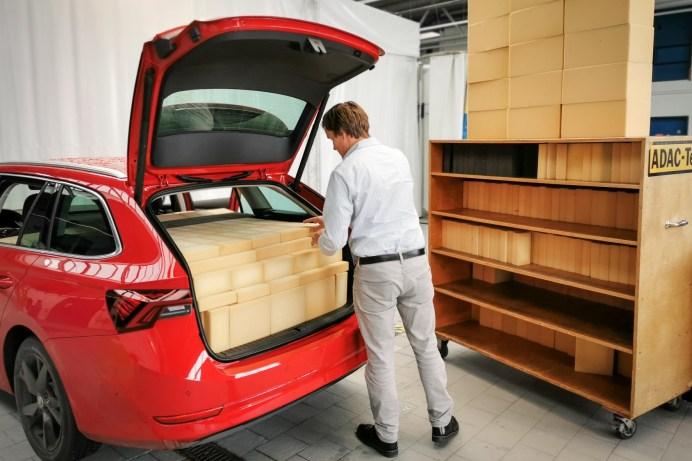 Nichts geht mehr: Bei dieser Messmethode wird der Kofferraum mit Schaumstoffquadern jeweils bis zur Unterkante der Abdeckung beladen. © ADAC