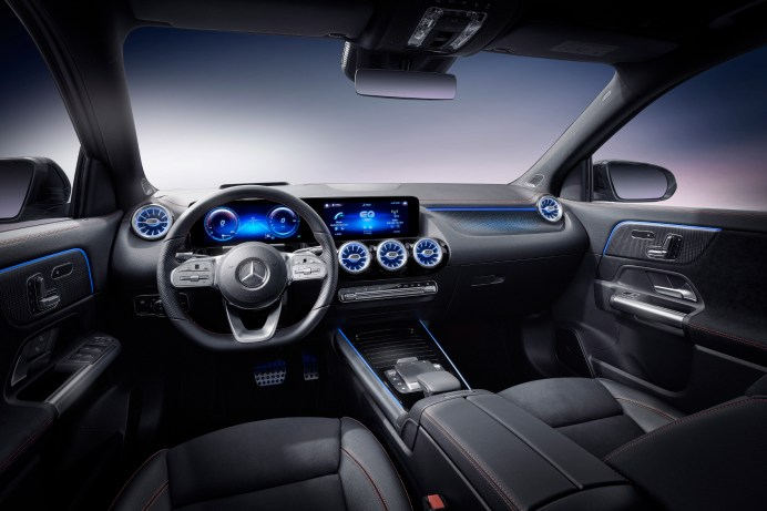 Futuristisch mit blauen Akzenten - so wirkt das Cockpit des neuen EQA. Im Wesentlichen aber so wie im herkömmlichen Kompakt-SUV. © Daimler