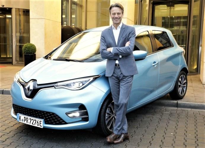 Uwe Hochgeschurtz, Vorstandsvorsitzender der Renault Deutschland AG, mit dem Zoe. Foto: Auto-Medienportal.Net/Renault