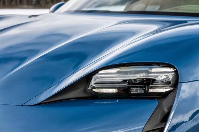 Charakteristisch ist die Lichtsignatur des Porsche Taycan mit seinen vier breiten LEDs. © Porsche