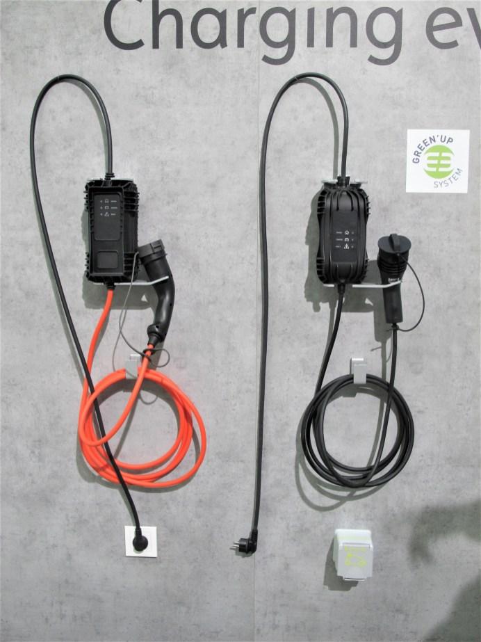Normales (rotes) oder Green'Up Ladekabel für 1,8 oderr 3,4 kW Leistung. © Karl Seiler