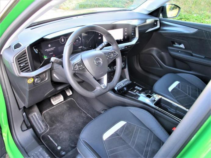 Fahrer-orientiertes Cockpit mit Multifunktionslenkrad und zwei großen Bildschirmen. © Karl Seiler