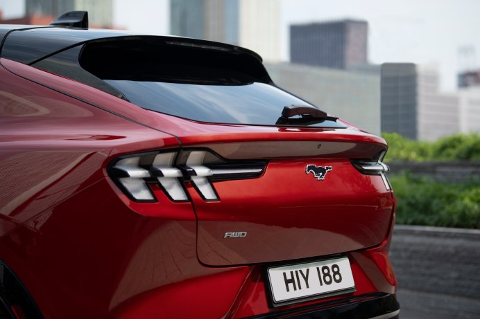 Auffälligste Gemeinsamkeit mit dem Sportwagen: die aufrecht stehenden sechs Rückleuchten. © Ford