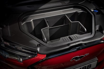 Der auswaschbare und mit einem Ablauf versehene Frunk ist ein Kunstwort aus Trunk (Kofferraum) und Front. © Ford