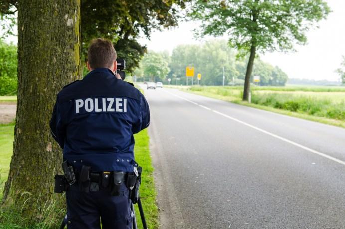 Polizist bei Geschwindigkeitsmessung. © ADAC