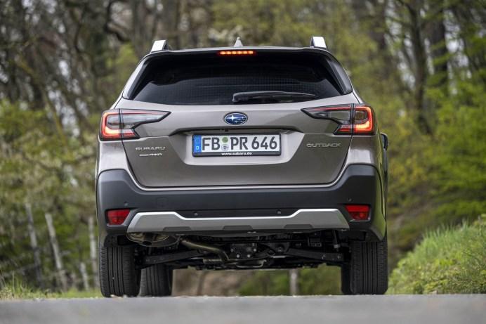 Die sensorgesteuerte Heckklappe öffnet nach einem kurzen Wisch über das Subaru-Symbol. © Subaru