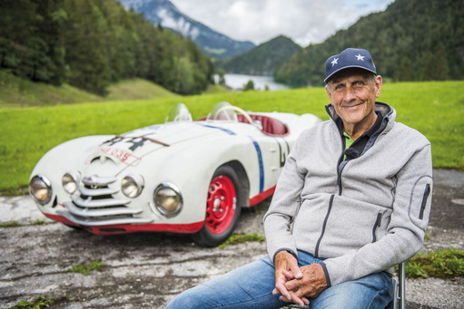 Hans-Joachim Stuck und ein Skoda Sport von 1950. © Skoda-Media