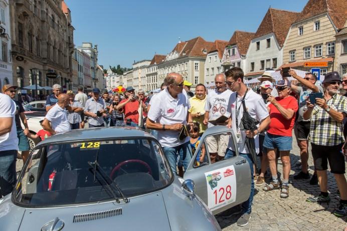 Hans Joachim Stuck, genannt Strietzel, ist ein Rennfahrer der Herzen. Hier ein Autogramm, da ein Selfie, wie hier auf dem Stadtplatz von Steyr. © Porsche