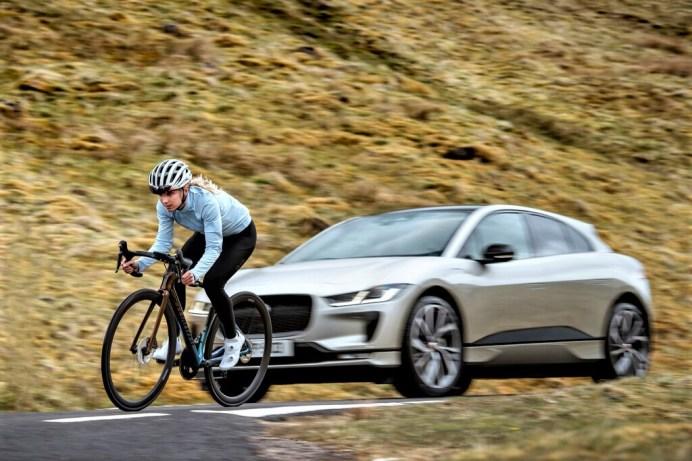 """Everesting Challenge"": Jaguar I-Pace und Profiradfahrerin Elinor Barker am Great Dun Fell in Großbritannien. Foto: Auto-Medienportal.Net/Jaguar"