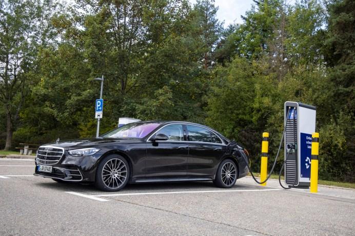 """Der Mercedes S 580 e beim """"Tanken"""": Für das Schnellladen mit Gleichstrom ist ein 60-kW-Lader verfügbar. © Daimler"""