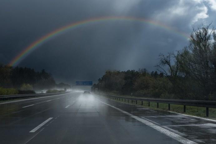 Regen ist gut für die Natur, doch für Autofahrer birgt eine nasse Fahrbahn Gefahren in Form von Aquaplaning. © Gerald Friedrich / Pixabay