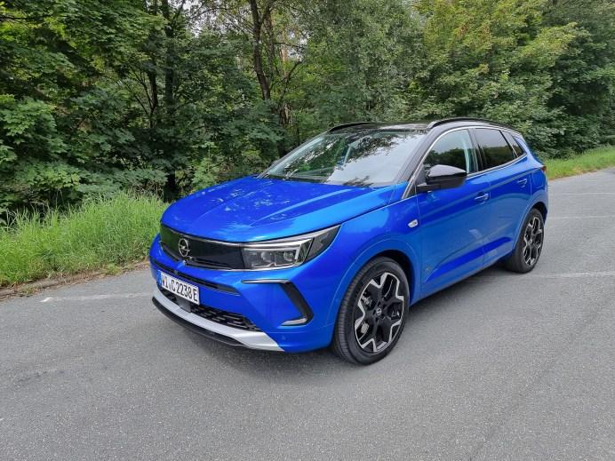 Bisher war der Opel Insignia das Flaggschiff der Opel Flotte, zu dieser Limousine soll sich nun im SUV-Bereich ein weiteres Modell gesellen, der neue Opel Grandland. © Mike Neumann / mid