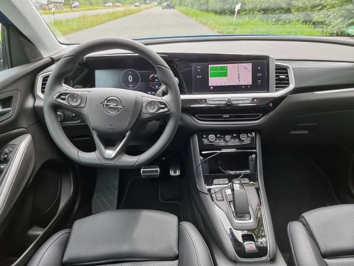 """Der Innenraum wurde stark überarbeitet, es gibt nun ein volldigitales """"Pure Panel"""" genanntes Cockpit mit einem 12-Zoll großen Fahrerbildschirm und einem 10-Zoll großen Touch-Infotainment Bildschirm. © Mike Neumann / mid"""