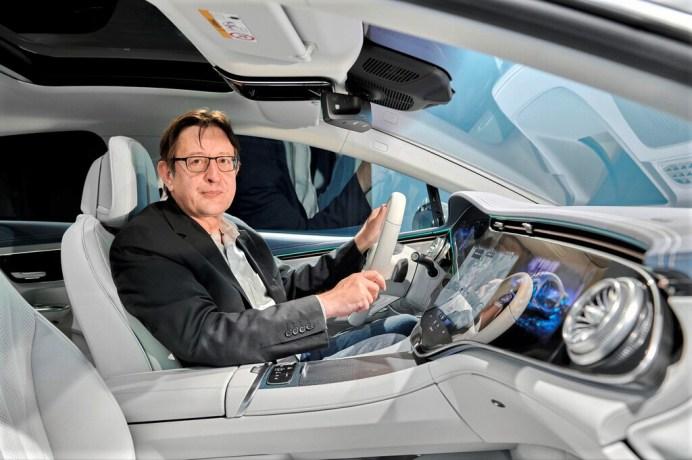 Autor Guido Borck vorn im Mercedes EQE. Foto: Autoren-Union Mobilität/Daimler