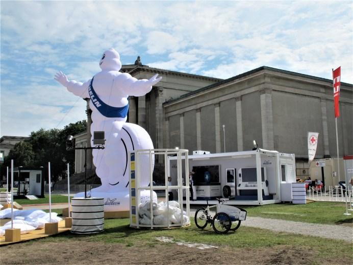 Das Michelin REGEN'Lab auf dem Königsplatz erläuterte Recyclingprozesse, um Rohstoffe für neue Reifen zu gewinnen. © Karl Seiler