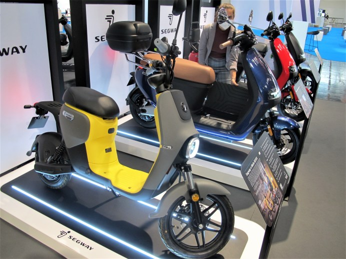 Neben einachsigen Personal Transportern mit Elektroantrieb hat Segway nun auch drei Elektro-Roller im Angebot. © Karl Seiler