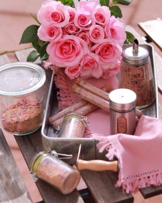 Blütenzucker, selbstgemachter pinker Zucker, Zucker, essbare Blüten, Kaffeetopping, Kokosblütenzucker, getrocknete Erdbeeren, Geschenke aus der Küche, pink up your coffee, DIY, essbare Geschenke, Kaffee, Süßspeisen, Dessert, Nachtisch, Milchkaffee, Topping,