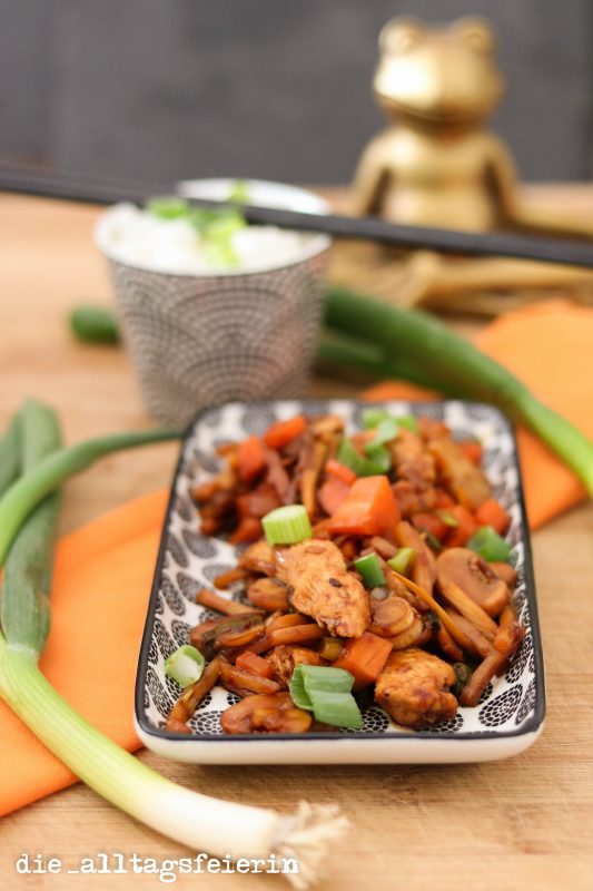 * Asiapfanne mit Hähnchenbrust, Bambus und Gemüse *