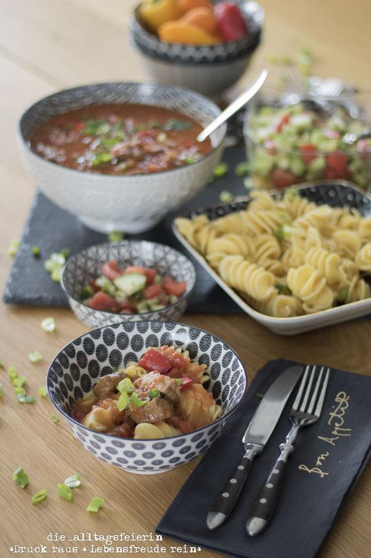 Gulasch mit Nudeln, Gulasch, ungarisches Gulasch, Hausmannskost, klassische Rezepte, deutsche Kuechenklassiker, Schmorgericht, Schmortopf, Familienrezept, Kochen für Kinder, Nudeln, Salat, die alltagsfeierin
