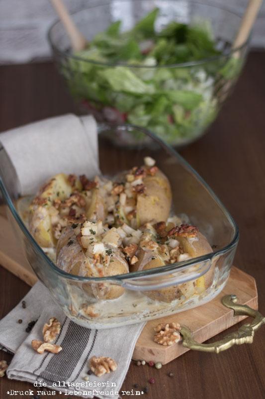 Ofenkartoffeln, Ziegenkaese, Birne, Walnuesse, Kartoffeln aus dem Ofen, Ofenkartoffeln 2.0, gefuellte Ofenkartoffeln, Salat, mit Kaese ueberbacken, kochen & genießen, diealltagsfeierin.de,