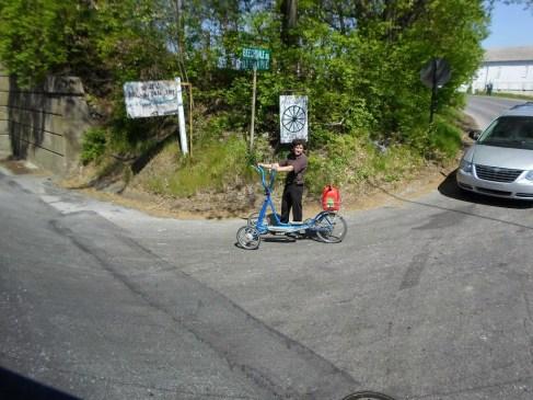 Wenn keine Kutsche dann halt mit Fahrrad oder wie hier mit Roller