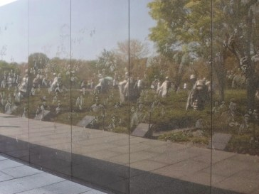 Die sich spiegelnden Figuren am Denkmal für die Toten im Koreakrieg