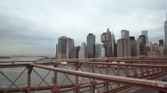 Blick von mittig der Brooklyn-Bridge auf Südmanhattan