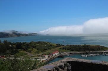 Der Nebel zieht sich weit bis in die Bucht rein