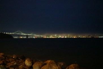 Blick von Treasure Island auf die langsam im Nebel verschwindende Stadt