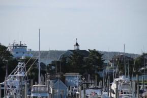 Das Lighthouse am Hafen von Hyannis versteckt sich vor uns hinter Bäumen