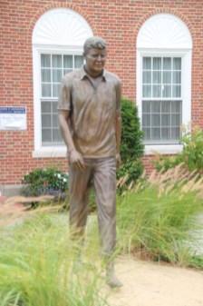 John F. Kennedy vor dem Kennedy-Museum in Hyannis