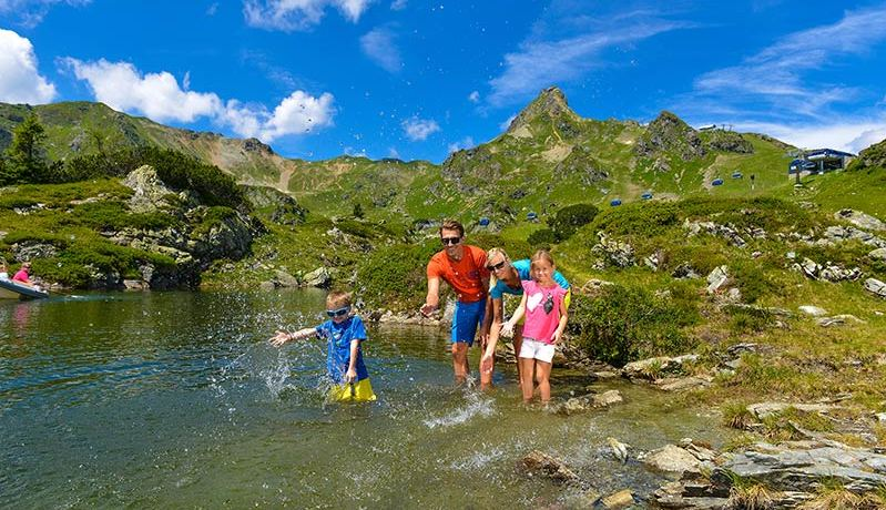 Der idyllische Krummschnabelsee lädt im Hochsommer zum Badevergnügen nach Obertauern. Foto: TVB Obertauern