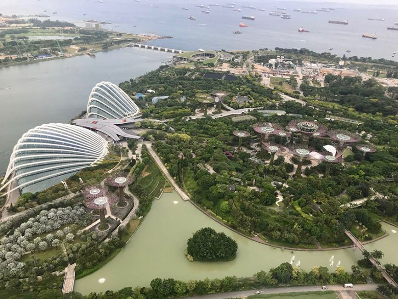 Blick vom Marina Bay Sands auf die Gardens of the Bay mit Supertrees, Flower Dome und Cloud Forest