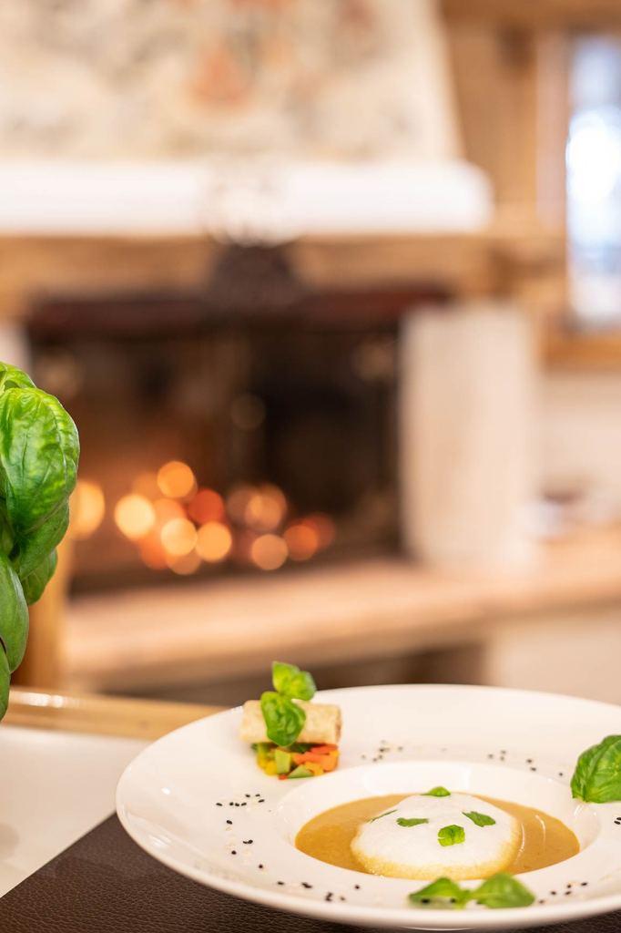 Die köstliche Curry-Zitronengras-Schaumsuppe sollte man auch einmal direkt im Fünf-Sterne-Hotel Das Seekarhaus in Obertauern probieren. Foto: Seekarhaus