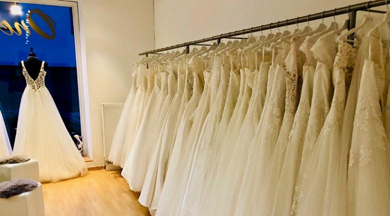 One day – Brautmode in Salzburg führt aus Überzeugung ausschließlich in Weiß gehaltene Hochzeitskleider. Foto: Kitzenegger