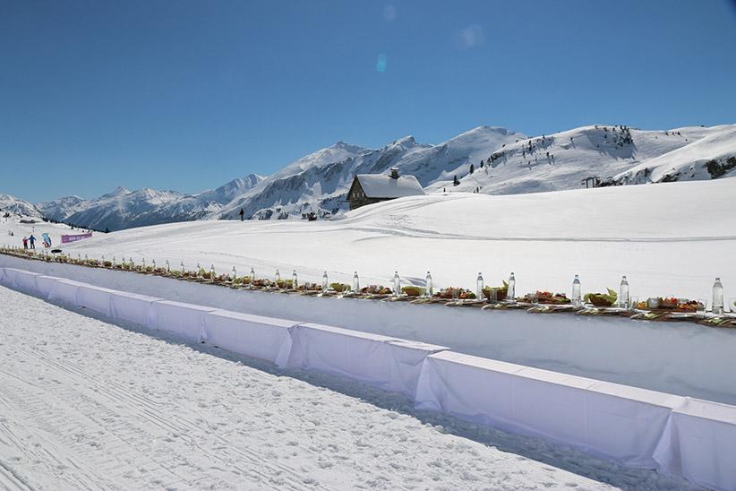 Charity in Obertauern: Mit dem #Pinktable lädt die Kringsalm Obertauern zur längsten Genusstafel der Alpen. Speisen zugunsten von Pink Ribbon. Foto: Kringsalm