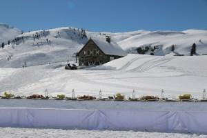 """Der #Pinktable, die längste Charity-Genusstafel der Alpen im Freien, lädt vor der Knappenalm in Obertauern zum """"Speisen für den guten Zweck"""". Foto: Kringsalm"""