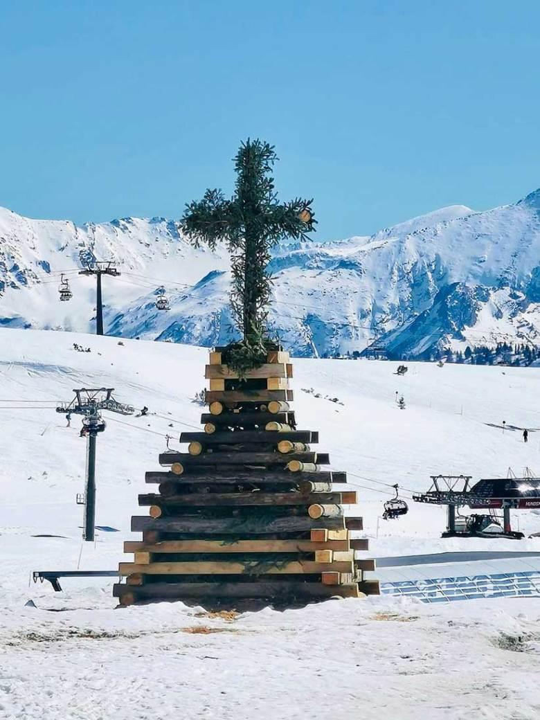 Das Osterfeuer in Obertauern wird nach der traditionellen Bauweise aus dem Lungau gefertigt.  Foto: Hotel Das Seekarhaus